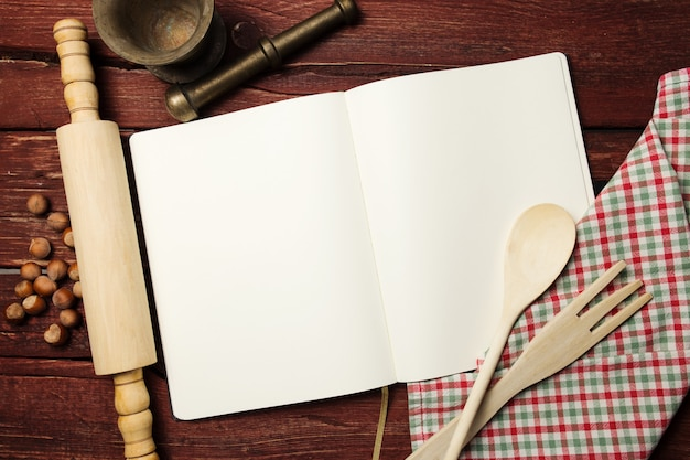 Leeg receptenboek op houten tafel