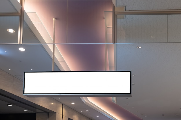 Leeg reclameaanplakbord bij luchthaven, bespot omhoog affichemedia malplaatje advertentiesvertoning