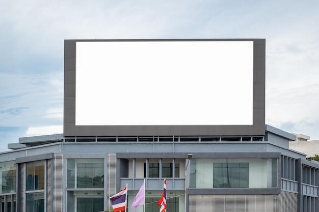 Leeg reclameaanplakbord bij luchthaven grote lcd-reclame als achtergrond