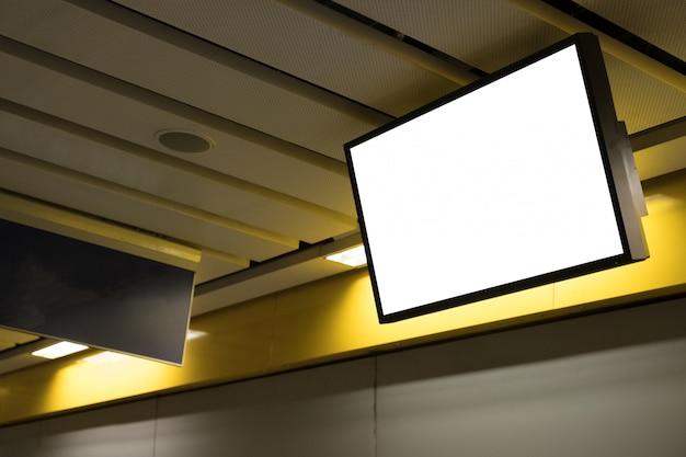Leeg reclameaanplakbord bij luchthaven.