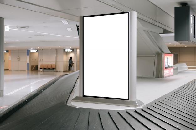 Leeg reclameaanplakbord bij luchthaven