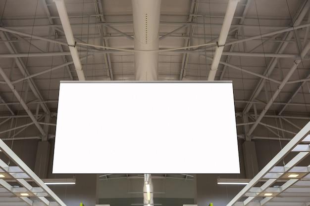 Leeg reclameaanplakbord die in de supermarkt hangen