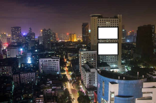 Leeg reclameaanplakbord op het hoge gebouw, stadslandschap, tekstbericht voor commercieel