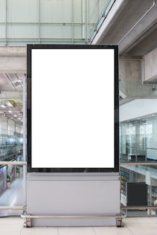 Leeg reclamebord adverterend paneel in eindluchthaven