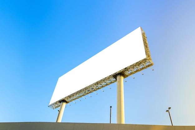 Leeg reclamebord bij blauwe hemelachtergrond voor uw moc omhoog en montering