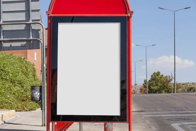 Leeg reclamebord dichtbij de weg