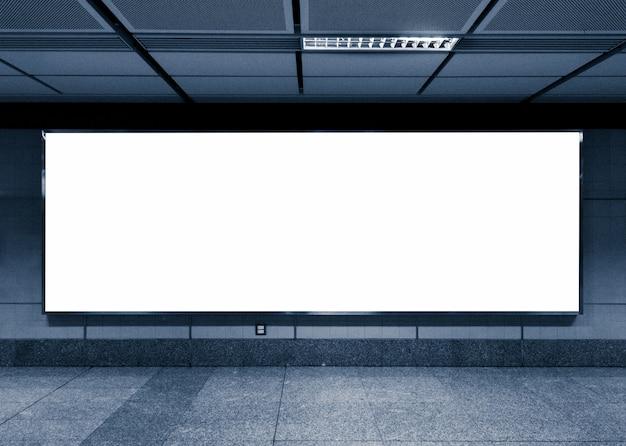 Leeg reclamebord in de metro