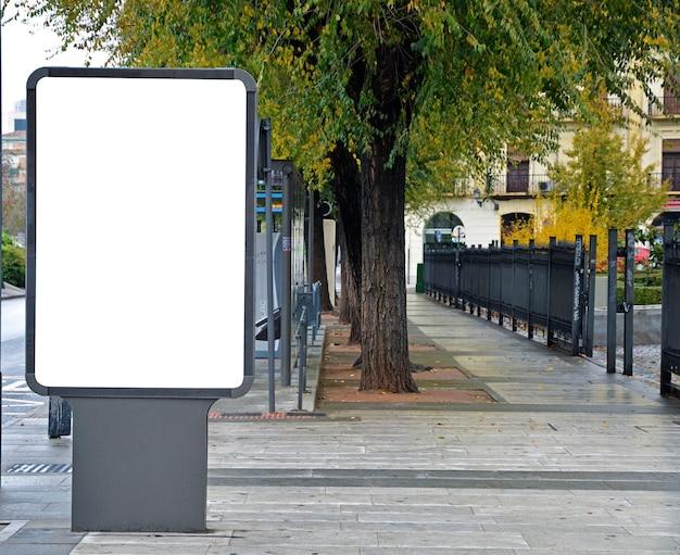 Leeg reclamebord in de straat