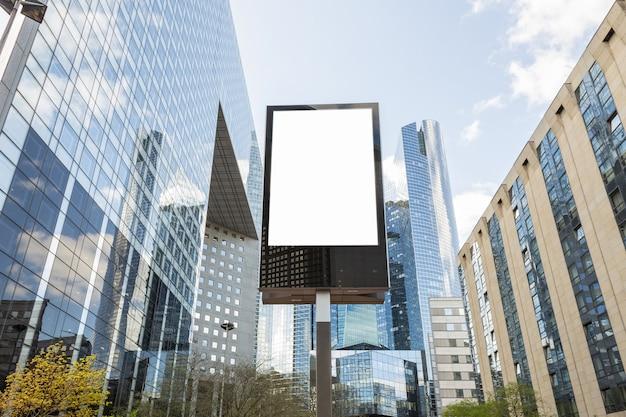 Leeg reclamebord in de zakenwijk