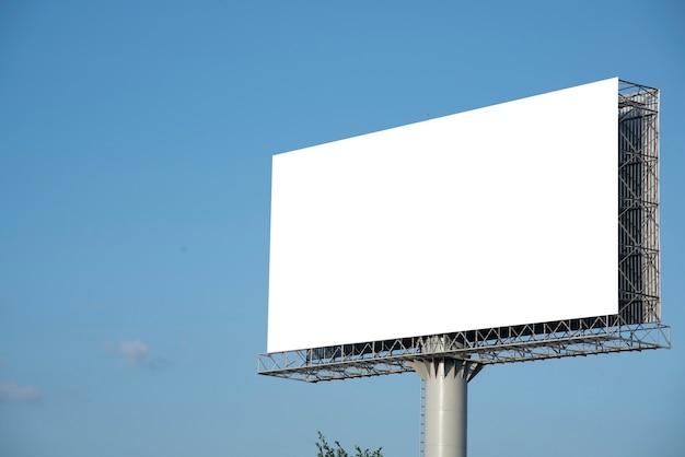 Leeg reclamebord op blauwe hemelachtergrond voor nieuwe advertentie