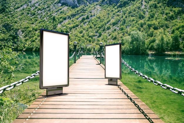 Leeg reclamebord op de bergen
