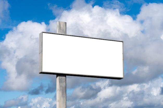 Leeg reclamebord op de snelweg, met blauwe lucht - reclameconcept - mockup