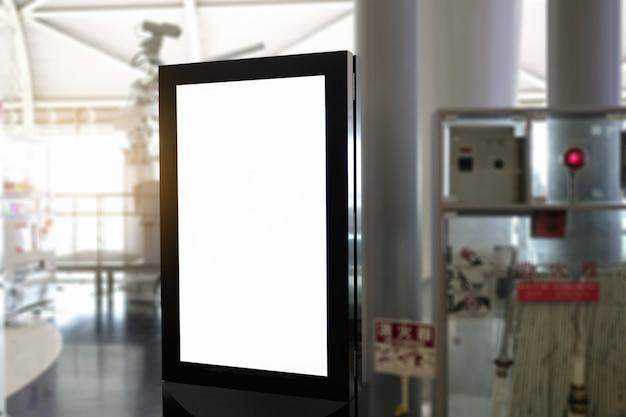 Leeg reclamebord op luchthaven.