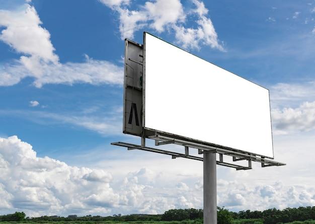 Leeg reclamebord voor mooie bewolkte hemel in een landelijke omgeving