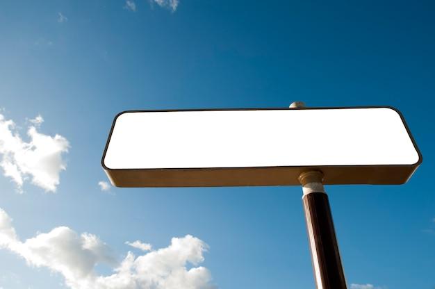 Leeg reclamebordmodel en tekst of bericht en media-inhoud, blauwe hemel