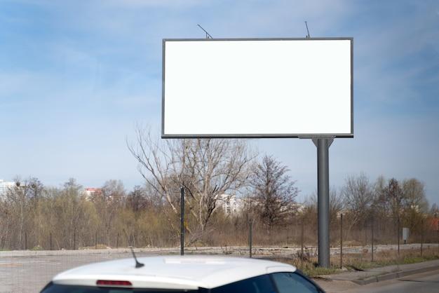 Leeg reclamebordmodel voor reclame, stadsstraatachtergrond. leeg reclamebord klaar voor nieuwe reclame op de weg