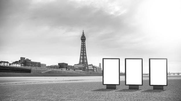 Leeg reclamemodel in de straat. aanplakbord op de strandachtergrond