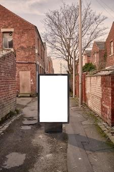 Leeg reclamemodel in de straat. poster billboard op stad vuile steeg achtergrond