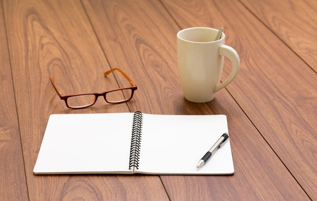Leeg ringband notitieboekje op hout achtergrond