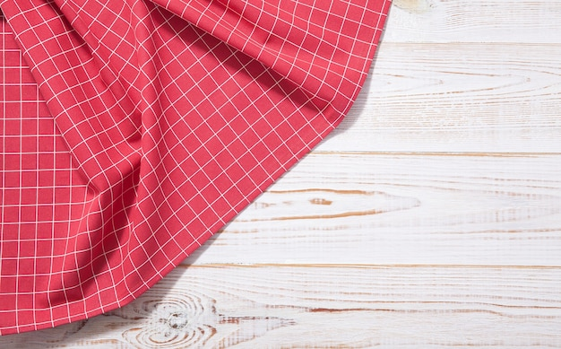 Leeg rood tafelkleed op houten tafelblad weergave mockup.