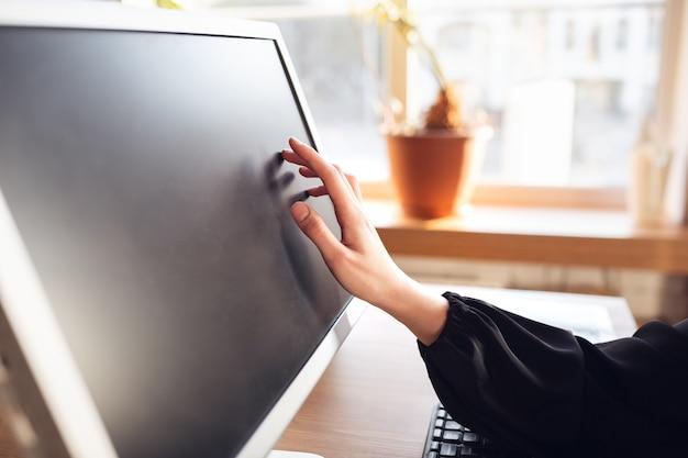 Leeg scherm aanraken. kaukasische jonge vrouw in zakelijke kleding die op kantoor werkt