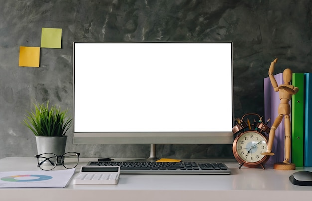 Leeg scherm laptop computer en poster werkruimte achtergrond in moderne kantoren
