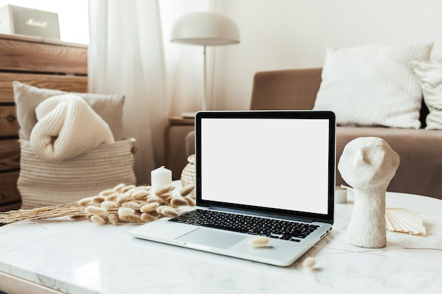 Leeg scherm laptop op marmeren tafel. werk thuis concept voor sociale media, website, blog.