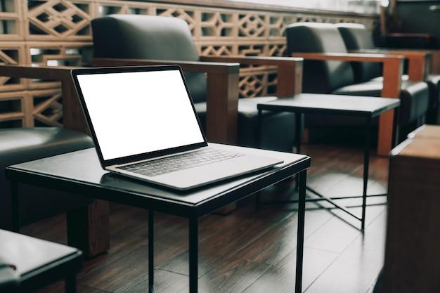 Leeg scherm laptopcomputer op tafel