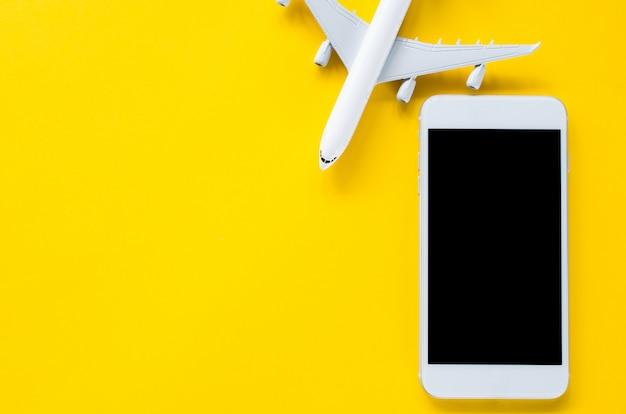 Leeg scherm smartphone en decoratief vliegtuig, sjabloon voor app-presentatie. zomer reisplanning.