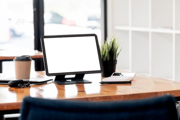 Leeg scherm tablet met standaard houder op houten tafel in café