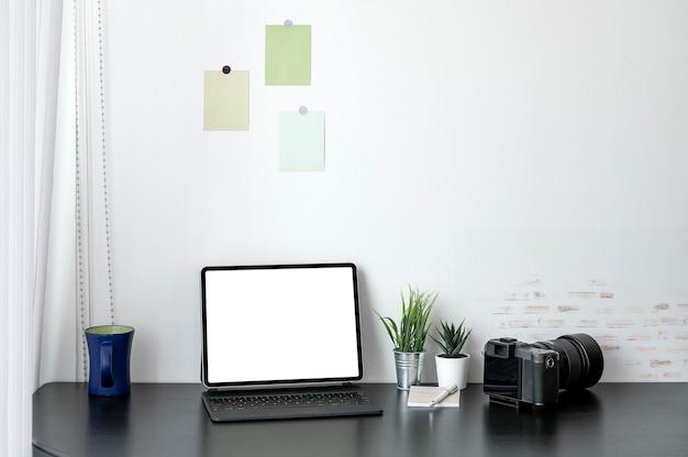 Leeg schermtablet met magisch toetsenbord op zwarte houten hoogste lijst