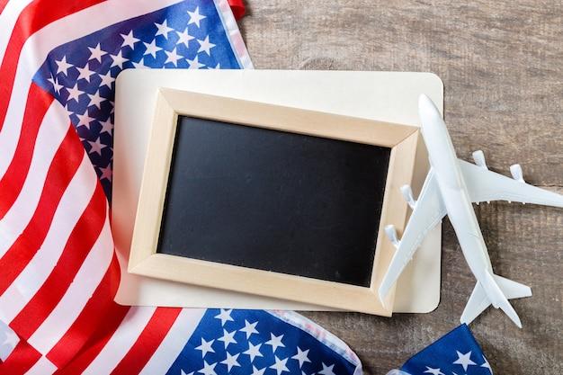 Leeg schoolbord met amerikaanse vlag