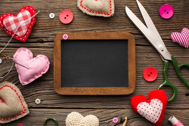 Leeg schoolbord omringd door fournituren accessoires