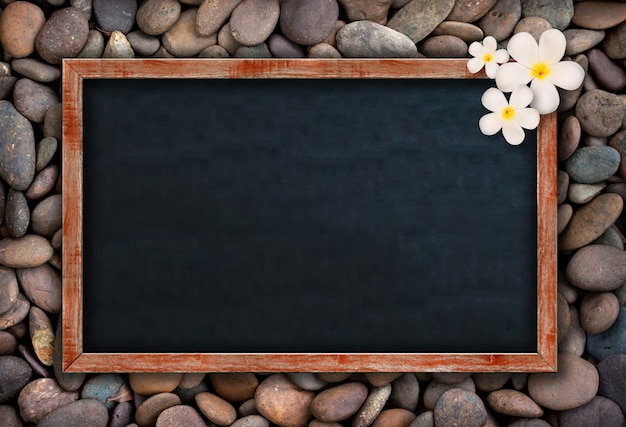 Leeg schoolbord op rotsen