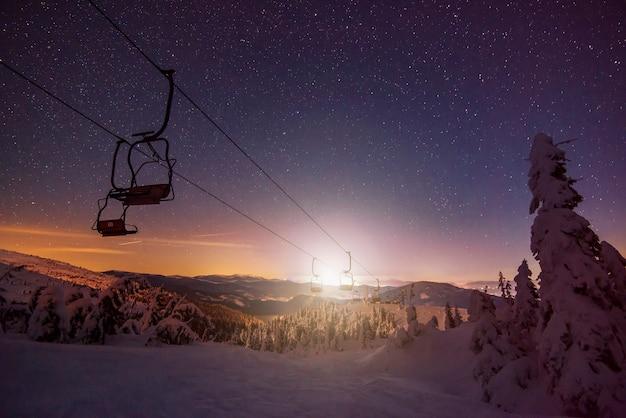 Leeg skigebied met kabelbanen gelegen op winterheuvels
