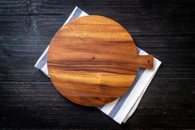 Leeg snijden houten bord met keukendoek