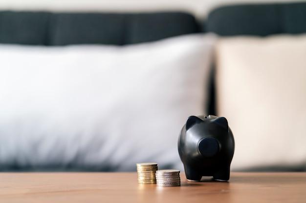 Leeg spaarvarken met de hoeveelheid spaargeld ernaast. geld concept opslaan