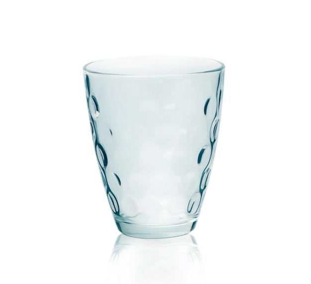 Leeg stemless waterglas dat op witte achtergrond wordt geïsoleerd. met uitknippad