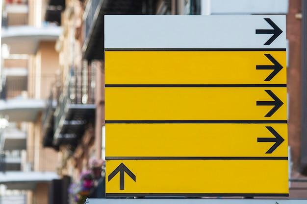 Leeg straatnaambord met pijlen