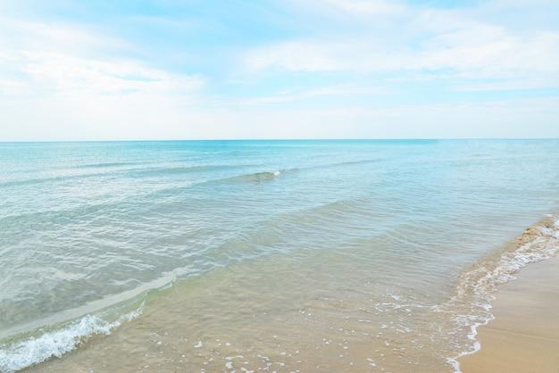 Leeg strand in italië geen mensen blauwe wateren blauwe lucht en wit zand