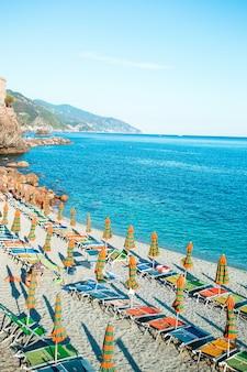 Leeg strand met gesloten paraplu's op italiaanse kust