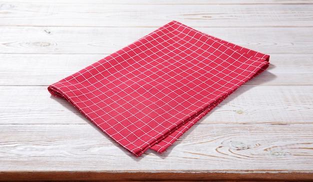 Leeg tafelkleed op houten tafel met servet bovenaanzicht.