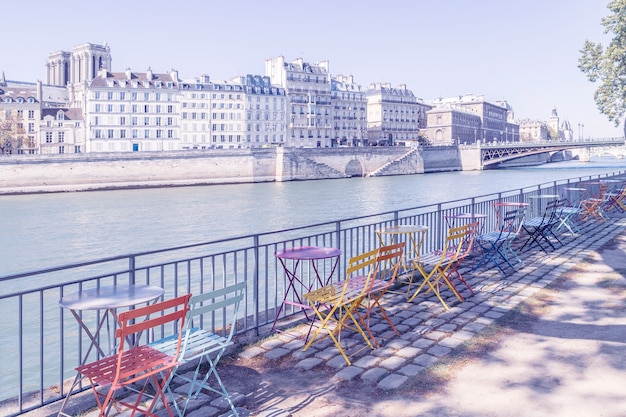 Leeg terras aan de oevers van de seine, parijs, frankrijk.