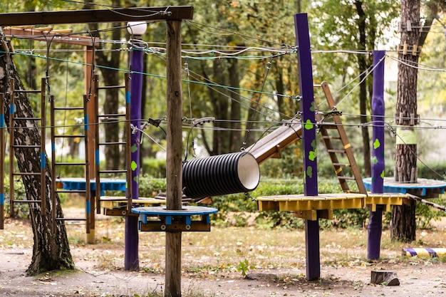 Leeg touwpark in het bos