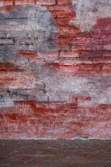 Leeg uitstekend binnenland met rode bakstenen muur