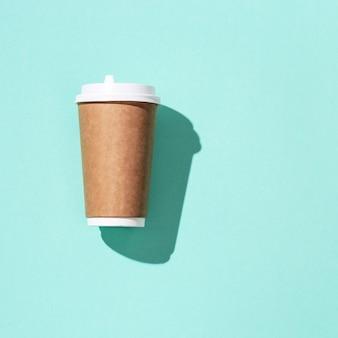 Leeg vaartuig haalt grote papieren beker weg voor koffie of drankjes met hard licht.