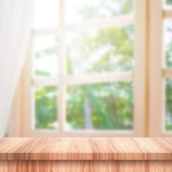 Leeg van houten tafelblad op gordijn en raam