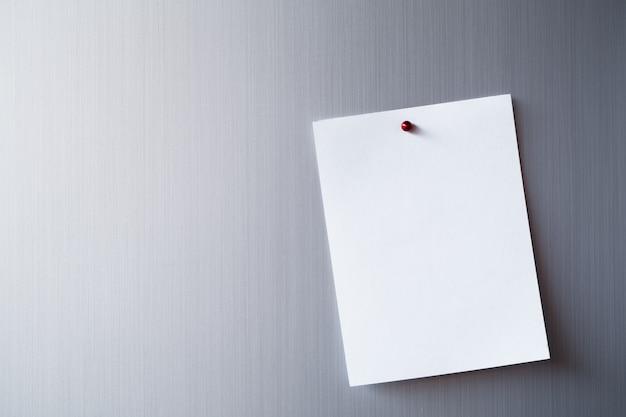 Leeg vel papier op koelkastdeur. papieren notitie met magneet.