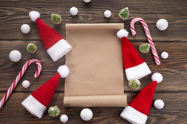Leeg verlanglijstje voor de kerstman op houten tafel met kerstversiering.