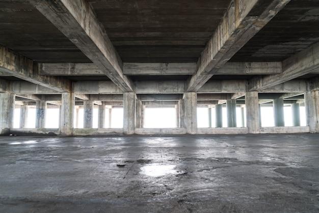 Leeg verlaten gebouw